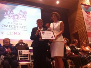 Recíbiendo la Medalla Omeccíhuatl